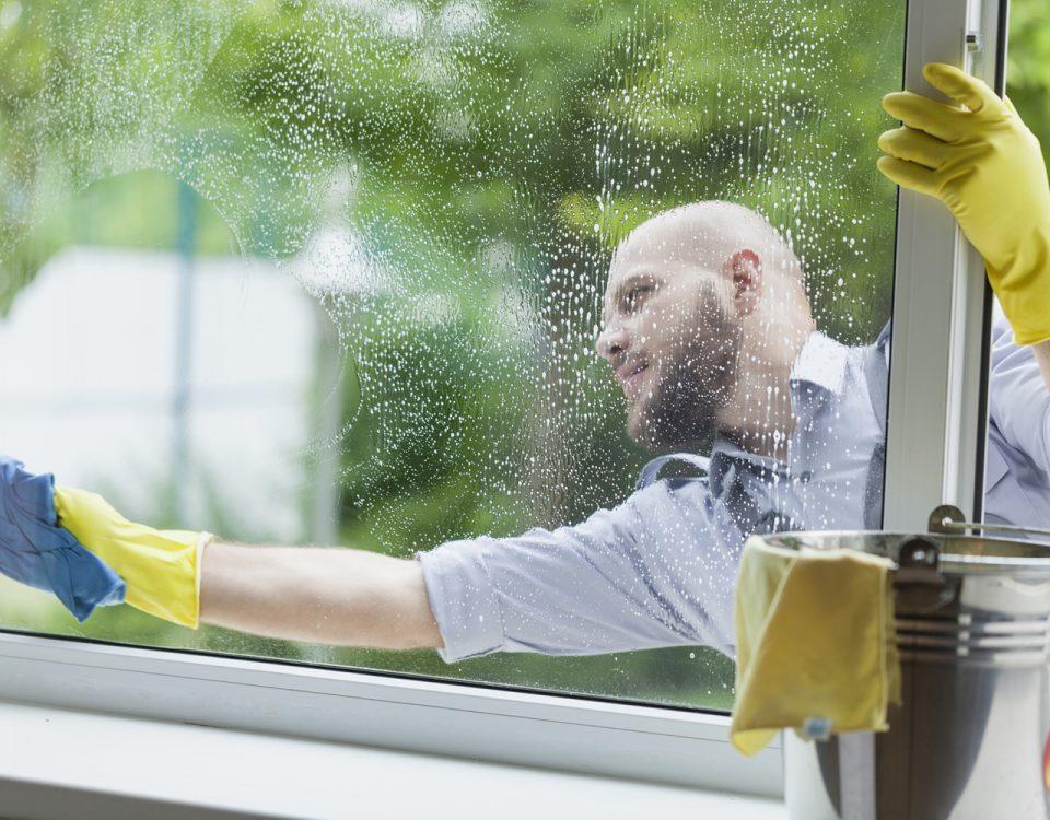 Hoe vaak moeten de ramen buiten worden gezeemd?